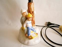 Nagyon ritka kerámia lámpa szánkózó gyerekekkel (Izsépy?) búra nélkül