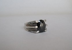 """Fekete és fehér köves """"karmos"""" foglalatú ezüst gyűrű"""