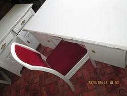 Kis  fehér  író asztal