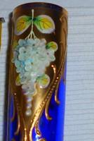Bohémia kék üvegváza kézi  zománc festett, plasztikus virágokkal