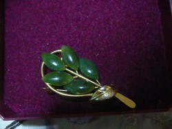 Zöld jade köves fém aranyozott bross