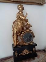 Flóra szobrával impozáns francia jelzett kandallóóra