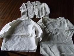 Régi, vegyes méretű antik baba ruhák egyben-kis rékli, keresztelő ingek, az egyik azsúros