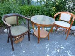2 db Thonet szék + asztal.