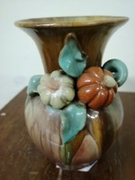 Komlósi kerámia  váza. Kézzel festve szivárvány színű máz. Virág díszek.  L- 14