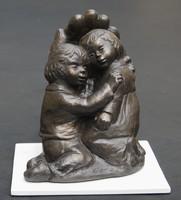 D.S.: Gyermekeket óvó szeretet - kisplasztika fa talapzattal
