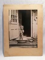 Régi fotó kislány lavórban