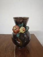 Komlós kerámia  váza. Kézzel festve barna színű máz. Virág díszek. F-24