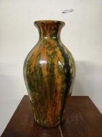 P.F jelzésű  kerámia  váza. Kézzel festve barna színű máz.  L-10