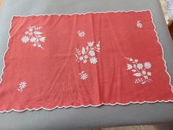 Hímzett piros futó , asztalközép 55 x 35 cm.
