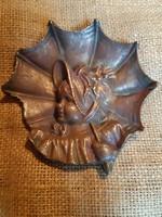 Kislány esernyővel réz vagy bronz asztali dísz, kisplasztika