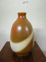 Kerámia  váza. Kézzel festve barna színű máz.  L-4