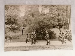 Menetelő egyenruhás zenekar fotó