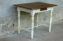 Esztergált lábú paraszt asztal, csontszínű lábakkal