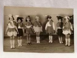1957 lányok jelmezben fotó