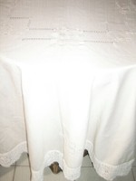 Gyönyörű elegáns kézzel horgolt széles fehér csipkés szélű hímzett azsúros ekrű terítő