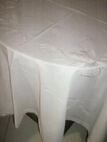 Gyönyörű hófehér kerek masnis terítő
