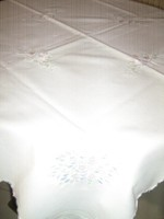 Gyönyörű fehér vintage virágos gépi hímzett kézzel slingelt terítő
