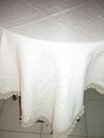Csodaszép fehér horgolt csipkés szélű szőttes terítő