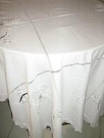Gyönyörű antik kézzel horgolt szélű hímzett virágos fehér terítő