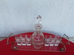 Likörös készlet, kínáló 6 csiszolt pohár, dugós üveg 2 fülü fém tálcân üveg alján! Szecessziós!