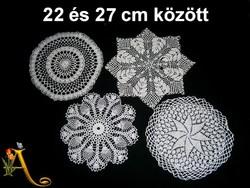 4 db kézzel horgolt csipke terítő 22 és 27 cm