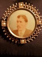 Antik fényképes bross.