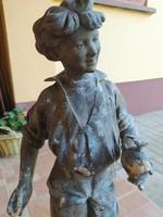 """""""Fabrication francaise paris made in france"""" készítésű fiút ábrázoló szobor"""