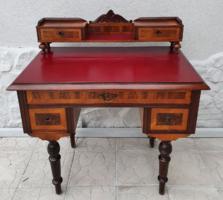 Felépítményes kisméretű íróasztal