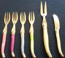 Francia Laguiole színes villák, tálaló villa, vajkés és sajtkés (7 db)