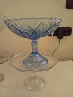Kék talpas üveg gyümölcsöstál.