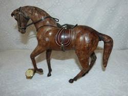 Bőrrel borított ló.