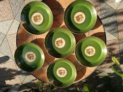 Jelenetes, figurális 6db tálka, tányér, 2féle jelenet! Zöld alapon aranyozott, és középen képecske!