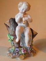 Antik porcelán furulyázó puttó faágon