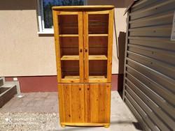 Eladó egy  sok  polcos Claudia fenyő tálaló Bútor szép, újszerű állapotú,karc mentes. Méretei: 81 cm