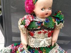 Antik népi ruhás, matyó talán, szép varrott hímzett festett ruhában, kiváló akár dekorációnak, akár.
