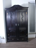 Fekete ruhásszekrény, ónémet dekoratív, modernizált