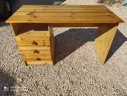 Eladó egy használt fenyő íróasztal. Bútor jó állapotú. Méretei: 120 cm x 57 cm x 73 cm magas. Szállí