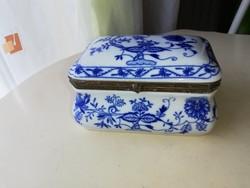 Meiseni hatású Kék fehér porcelán doboz réz verettel