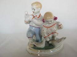 Orosz porcelán galambot simogató gyerekek