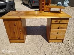 Eladó egy jó minőségű 4 fiókos, polcos  fenyő íróasztal. Bútor szép állapotú.