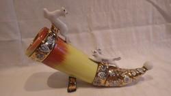 Orosz porcelán vadászkűrt dísztárgy figurákkal aranyozva