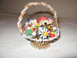 Gyöngyből fűzött virágkosár a múlt század elejéről. Vitrindísz . Ritkaság !