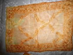 -Vékony terítő selyemszállal hímezve 41 cm X 29 cm