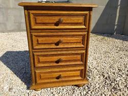 Eladó egy   4 fiókos tölgy kis komód. Bútor jó állapotú. Méretei: 47 cm x 36 cm x 64  magas . Szállí