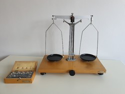Retro régi precíziós labor mérleg mérlegsúlyokkal