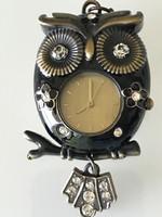 Bagoly medál fekete zománccal és kristályokkal díszítve, quartz órával