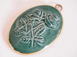 Rózsás dombormintás porcelán (kerámia) medál
