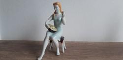Hollóházi porcelán barackot válogató lány menyecske