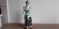 Hollóházi porcelán hímző nő